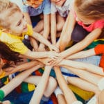 shutterstock_1123116176_Kinder Hände aufeinander
