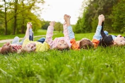 shutterstock_1712681479_Kinder Wiese Arme hoch