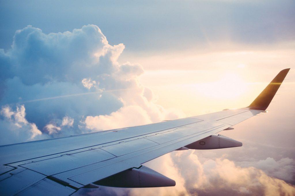 Ein Flügel eines Flugzeugs.