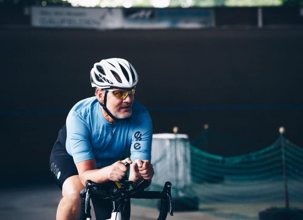 Der Profirennradfahrer Max Strinz auf dem Rad bei der 24 Stundenfahrt 2017.