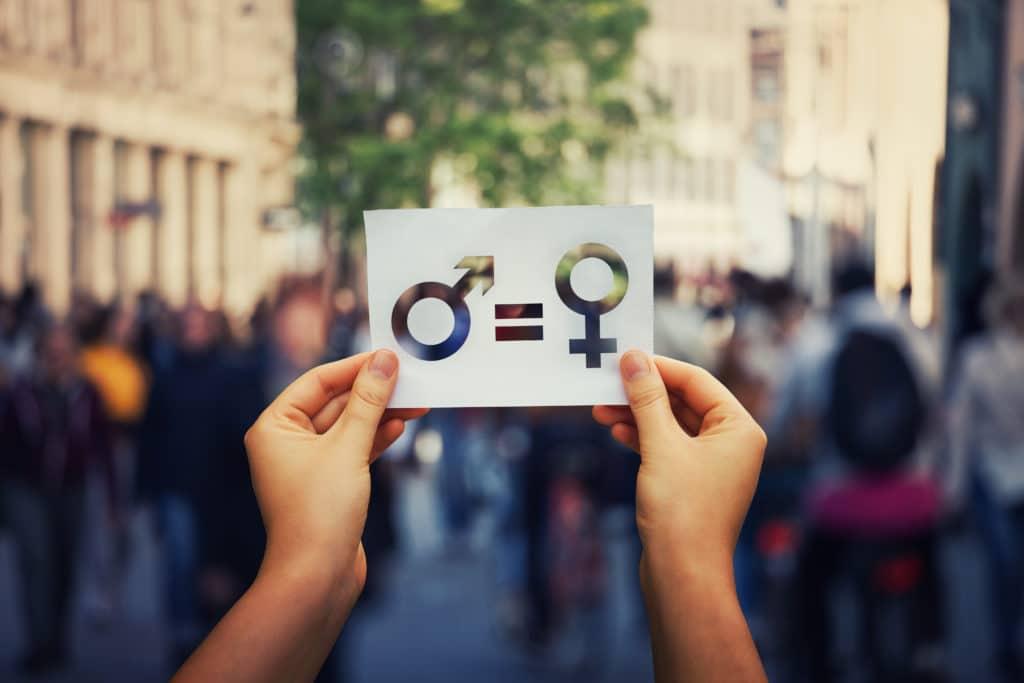 Hände halten Gleichstellungssymbol hoch.