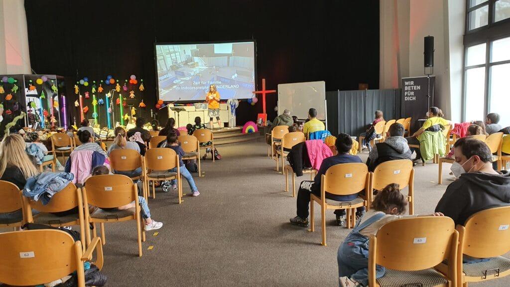 Einmal im Monat veranstaltet die Kinderkirche Solingen Willkommens-Events für geflüchtete Kinder und deren Eltern. Mit diesem Angebot schaffen sie eine regionale Anlaufstelle, bei der die Familien Unterstützung erhalten können.